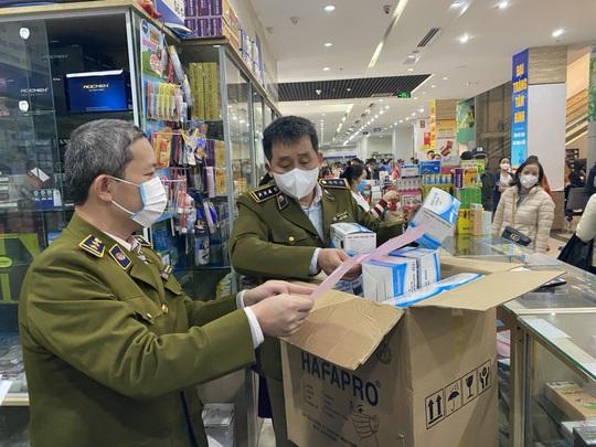 Quản lý thị trường Hà Nội ngăn chặn găm hàng, tăng giá khẩu trang - Ảnh 1.