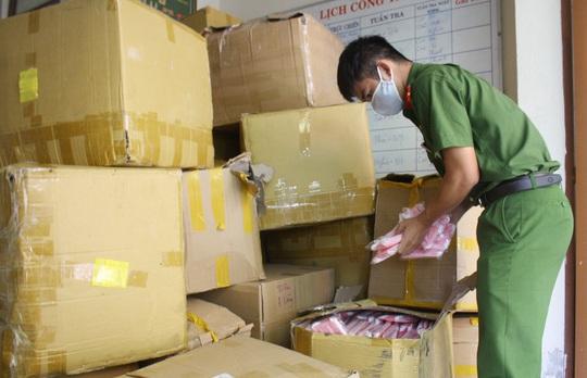 Đà Nẵng: Tạm giữ hơn 18.000 khẩu trang y tế không nguồn gốc chuẩn bị xuất ra thị trường - Ảnh 1.