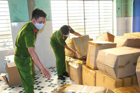 Đà Nẵng: Tạm giữ hơn 18.000 khẩu trang y tế không nguồn gốc chuẩn bị xuất ra thị trường - Ảnh 2.