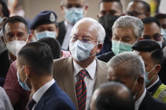 Cựu Thủ tướng Malaysia Najib lãnh 12 năm tù - Ảnh 1.