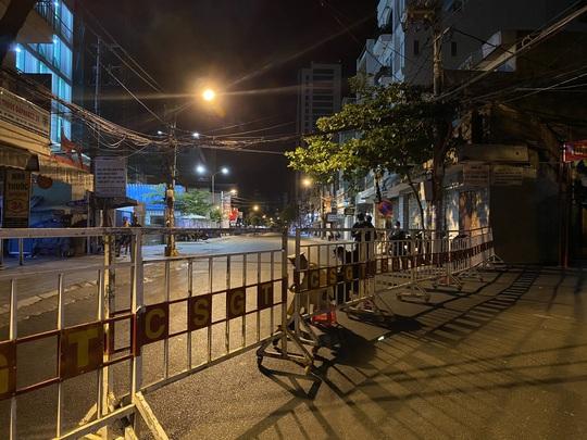 Cận cảnh phong tỏa chốt ra vào 3 bệnh viện lớn ở Đà Nẵng - Ảnh 6.