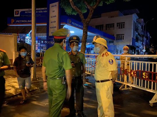 Cận cảnh phong tỏa chốt ra vào 3 bệnh viện lớn ở Đà Nẵng - Ảnh 3.