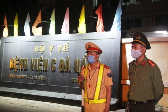 Cận cảnh phong tỏa chốt ra vào 3 bệnh viện lớn ở Đà Nẵng - Ảnh 1.