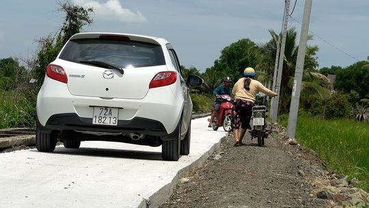 Khẩn trương mở rộng đường nông thôn mới xe không thể tránh nhau - Ảnh 2.