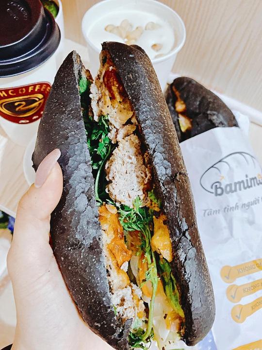 Bánh mì đen như than và những kiểu độc lạ chỉ có ở Việt Nam - Ảnh 2.
