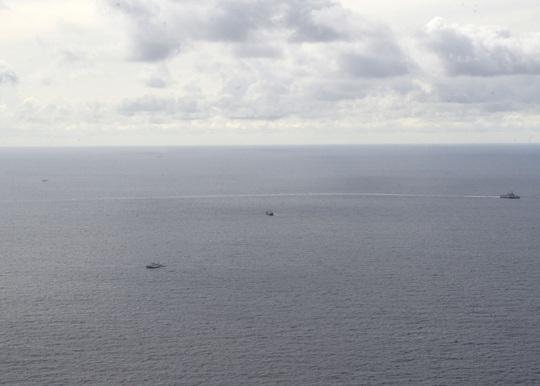 Tàu chiến Mỹ đến gần tàu Hải Dương 4 và tàu kiểm ngư Việt Nam ở biển Đông - Ảnh 4.