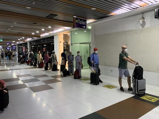 200 công dân Việt Nam từ Sri Lanka và Bangladesh về nước - Ảnh 3.