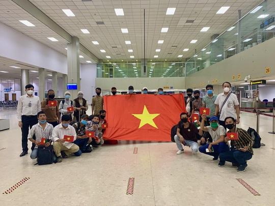 200 công dân Việt Nam từ Sri Lanka và Bangladesh về nước - Ảnh 6.