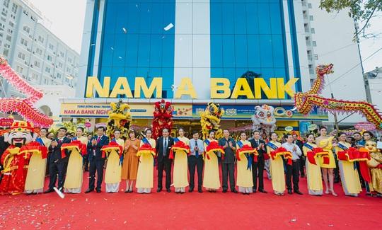 Trao 100 triệu đồng cho Hội Nạn nhân chất độc da cam tại lễ khai trương Nam A Bank Nghệ An - Ảnh 1.