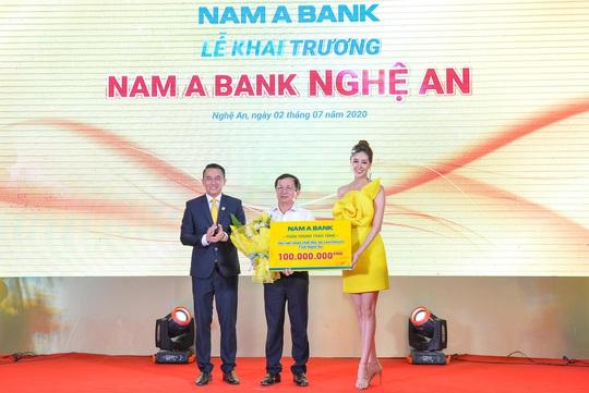 Trao 100 triệu đồng cho Hội Nạn nhân chất độc da cam tại lễ khai trương Nam A Bank Nghệ An - Ảnh 2.
