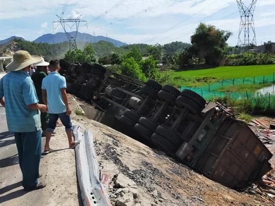 Xe Container chở gỗ lật ngửa bốc cháy, dân phá cửa cứu phụ xe cùng tài xế - Ảnh 2.