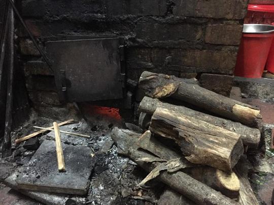 Quán phở hơn 70 năm vẫn nấu bằng củi - Ảnh 3.