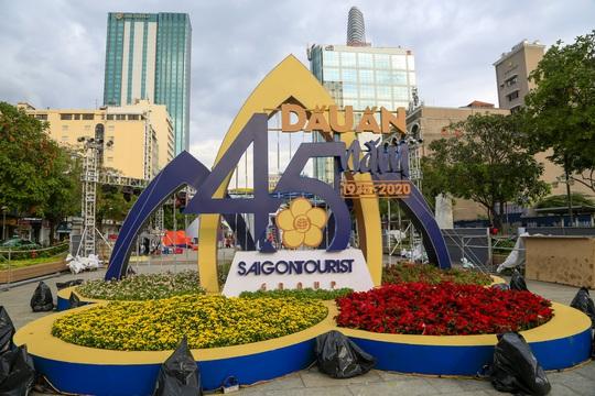 Triển lãm Saigontourist Group - Dấu ấn 45 năm tại phố đi bộ Nguyễn Huệ - Ảnh 1.