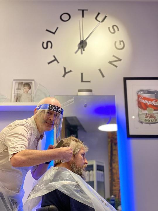 Ngày hội cắt tóc ở Anh: Nửa đêm đi xếp hàng, cửa tiệm nhấp kéo đến sáng - Ảnh 6.