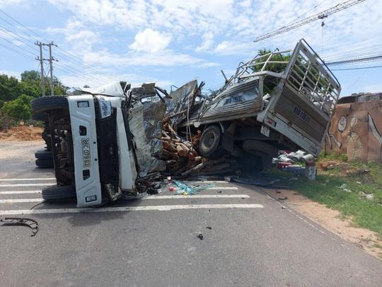 Hoảng hồn với hơn 100 bình ga lăn lóc trên đường sau vụ tai nạn - Ảnh 1.