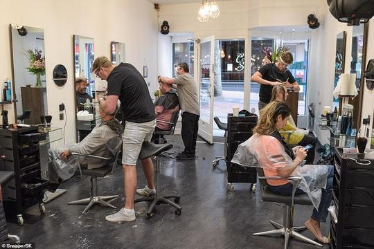 Ngày hội cắt tóc ở Anh: Nửa đêm đi xếp hàng, cửa tiệm nhấp kéo đến sáng - Ảnh 4.
