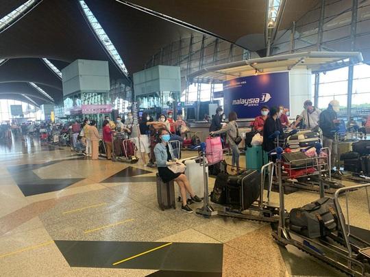 Sân bay Cần Thơ đón 310 người Việt tại Malaysia về nước - Ảnh 2.