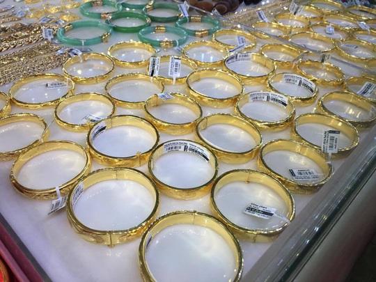 Giá vàng SJC gần như bất động, cao hơn vàng trang sức 2 triệu đồng/lượng - Ảnh 1.
