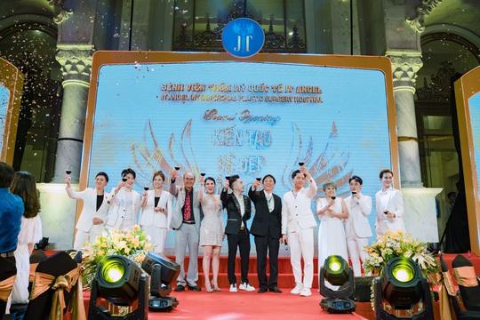 Vợ chồng Trấn Thành, Anh Đức, Trúc Nhân biểu diễn tại sự kiện khai trương Bệnh viện Thẩm mỹ JT Angel - Ảnh 1.
