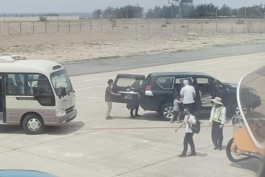 Phó bí thư Phú Yên nói gì về việc xe biển xanh đón tại chân cầu thang máy bay? - Ảnh 1.