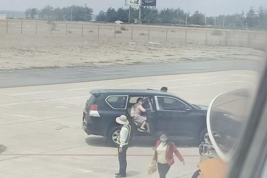 Phó bí thư Phú Yên nói gì về việc xe biển xanh đón tại chân cầu thang máy bay? - Ảnh 2.