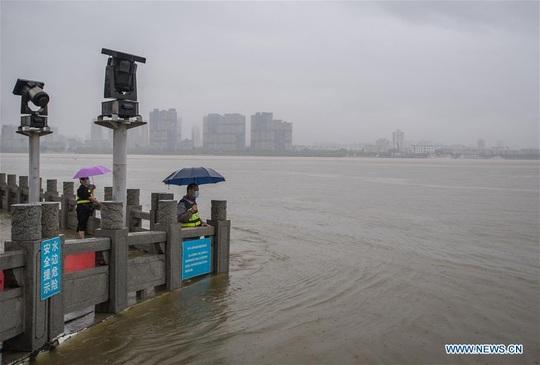 Sông Trung Quốc vượt mức cảnh báo, Nhật chạy đua với thời gian - Ảnh 1.