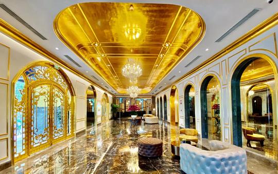 Khách sạn dát vàng từ trong ra ngoài tại Hà Nội - Ảnh 3.