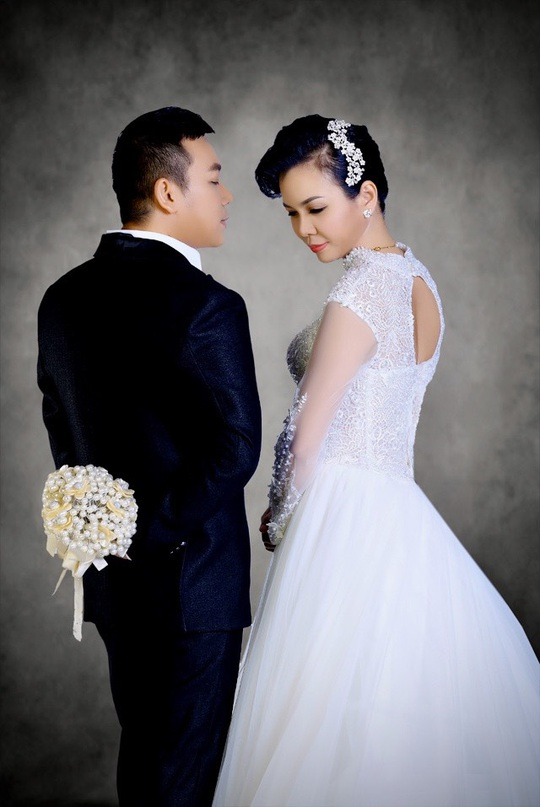 """Lộ hình ảnh kỷ niệm ngày cưới """"Hạnh Phúc Vàng Son"""" của ca sĩ Lưu Thiên Ân - Ảnh 8."""
