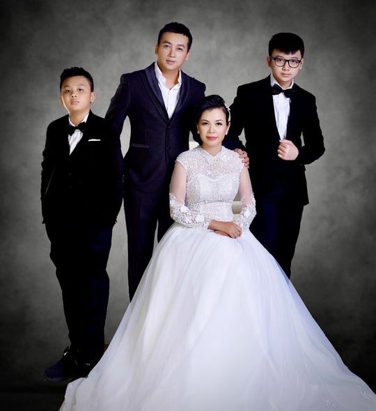 """Lộ hình ảnh kỷ niệm ngày cưới """"Hạnh Phúc Vàng Son"""" của ca sĩ Lưu Thiên Ân - Ảnh 7."""