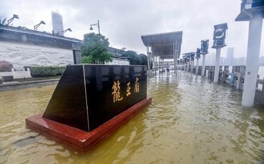 Trung Quốc nâng mức cảnh báo mưa bão - Ảnh 4.