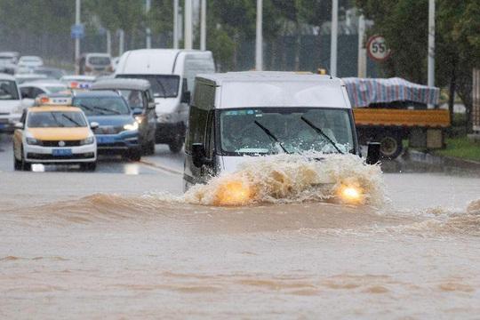 Trung Quốc nâng mức cảnh báo mưa bão - Ảnh 3.