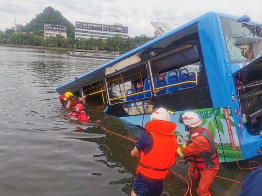 Trung Quốc nâng mức cảnh báo mưa bão - Ảnh 2.