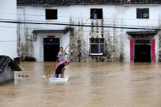 Trung Quốc nâng mức cảnh báo mưa bão - Ảnh 1.
