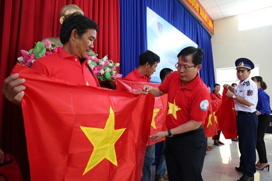 Ngư dân xứ Quảng hào hứng nhận cờ Tổ quốc từ Báo Người Lao Động - Ảnh 1.