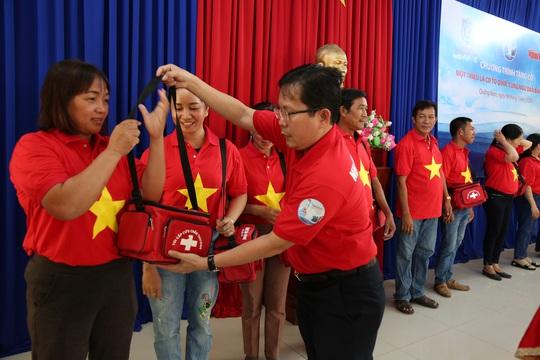 Ngư dân xứ Quảng hào hứng nhận cờ Tổ quốc từ Báo Người Lao Động - Ảnh 3.