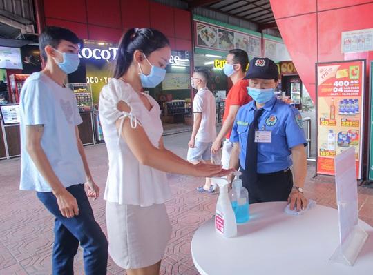 Người dân Hà Nội cẩn trọng đeo khẩu trang phòng chống dịch Covid-19 - Ảnh 3.