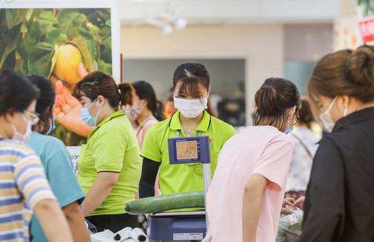 Người dân Hà Nội cẩn trọng đeo khẩu trang phòng chống dịch Covid-19 - Ảnh 6.