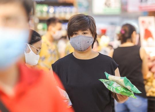 Người dân Hà Nội cẩn trọng đeo khẩu trang phòng chống dịch Covid-19 - Ảnh 7.