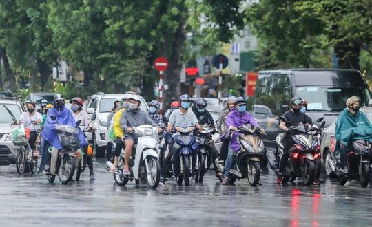 Người dân Hà Nội cẩn trọng đeo khẩu trang phòng chống dịch Covid-19 - Ảnh 12.