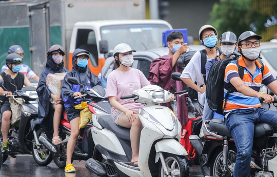 Người dân Hà Nội cẩn trọng đeo khẩu trang phòng chống dịch Covid-19 - Ảnh 13.
