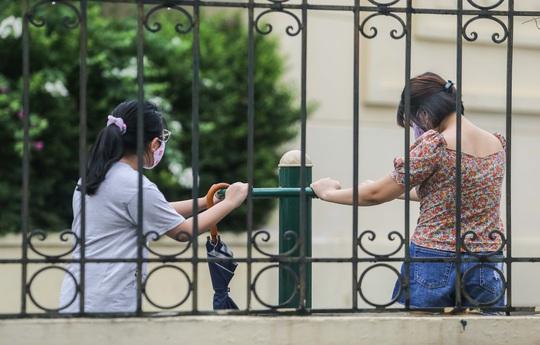 Người dân Hà Nội cẩn trọng đeo khẩu trang phòng chống dịch Covid-19 - Ảnh 14.