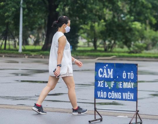 Người dân Hà Nội cẩn trọng đeo khẩu trang phòng chống dịch Covid-19 - Ảnh 16.