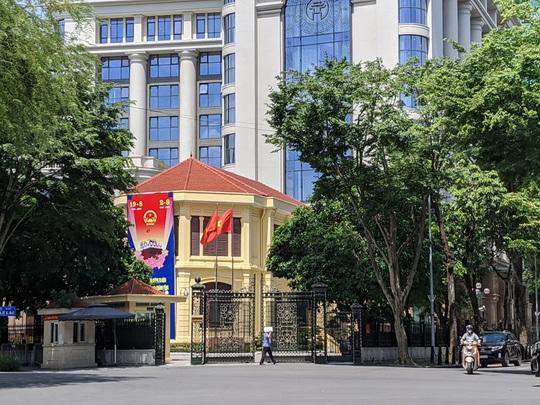 Hà Nội họp gấp, công bố quyết định tạm đình chỉ công tác Chủ tịch UBND TP Nguyễn Đức Chung - Ảnh 1.