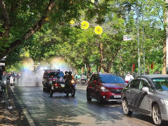 Cận cảnh Hải Phòng bắt đầu phun khử trùng các tuyến đường chính nội đô - Ảnh 1.