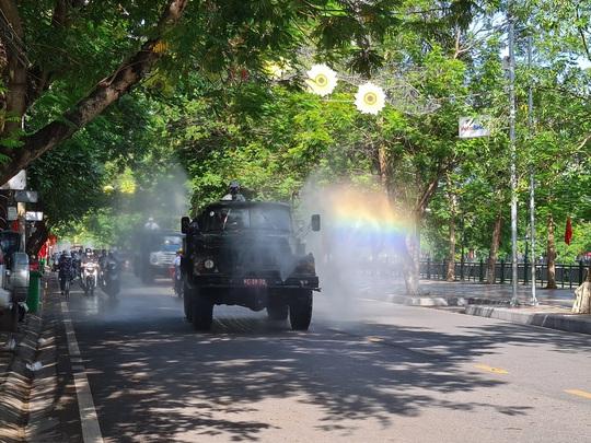Cận cảnh Hải Phòng bắt đầu phun khử trùng các tuyến đường chính nội đô - Ảnh 2.