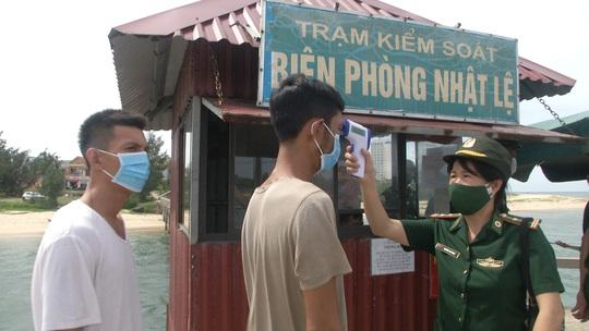 Quảng Bình: Tàu cá bị chìm, 8 ngư dân rơi xuống biển - Ảnh 2.