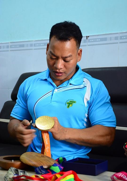 Lực sĩ khuyết tật Lê Văn Công làm việc nghĩa mùa đại dịch - Ảnh 1.