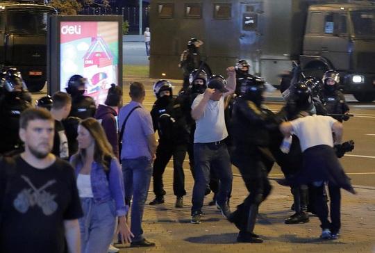 Vừa bầu cử xong, Belarus chìm vào biểu tình đổ máu - Ảnh 3.