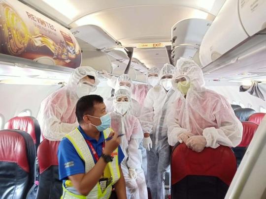 Vietjet đưa hành khách mắc kẹt từ Đà Nẵng về Hà Nội và TP HCM - Ảnh 1.