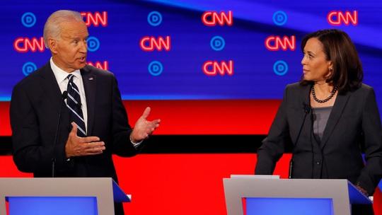 Tổng thống Trump gọi đối tác tranh cử của ông Biden là đồ giả tạo - Ảnh 1.